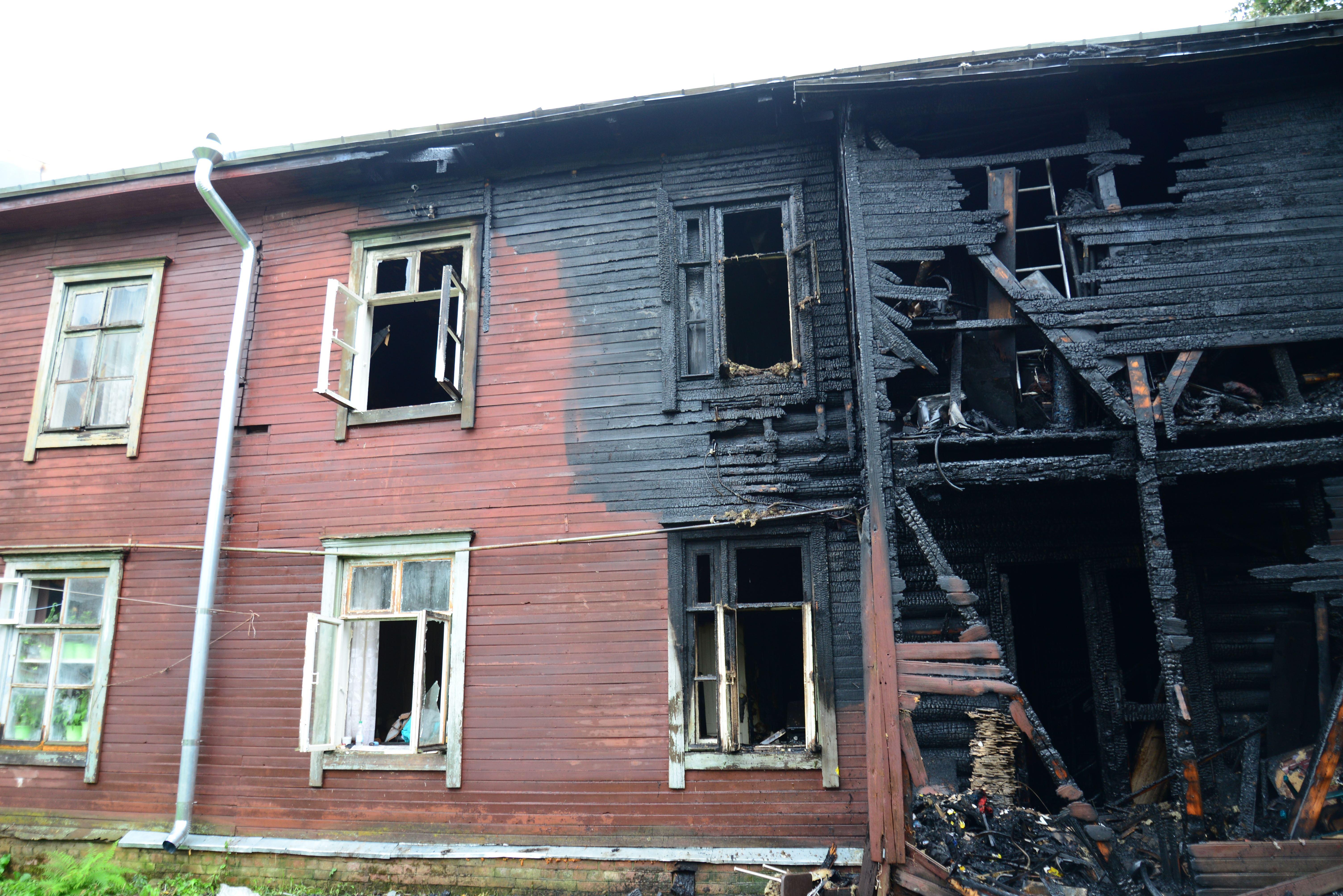 Утром cотрудники экстренных служб эвакуировали 27 человек изгорящего дома наулице Свердлова